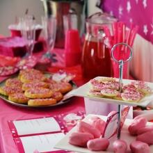 Kraamfeest babyborrel voor de geboorte van jouw baby - Tafel roze kind ...